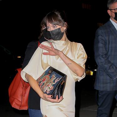 Vestido satinado, salones nude y clutch de inspiración asiática: Dakota Johnson nos inspira con un look de diez para un evento formal