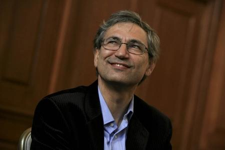 A Orhan Pamuk le salen novias... y no precisamente literarias