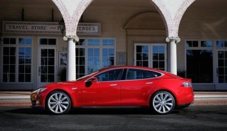 Tesla Model S rojo en Palos Verdes (EE.UU.)