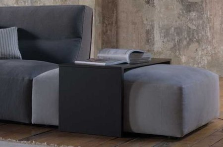 Pequeñas mesas que se acoplan en pufs y sofás