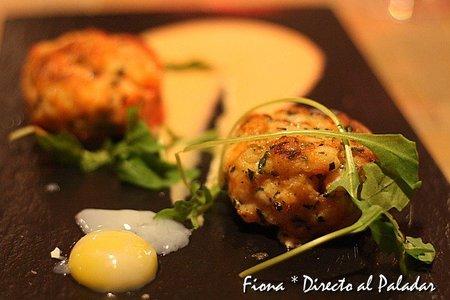 Hamburguesa de langostinos con huancaina de rocoto y huevo de codorniz a 65º