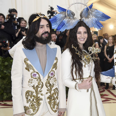 Gala MET 2018: Lana del Rey se enfunda en un Gucci al que no le falta ningún detalle