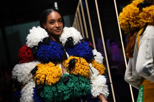 Benetton regresa al color y la locura creativa: la vuelta de Luciano Benetton se asegura de ello
