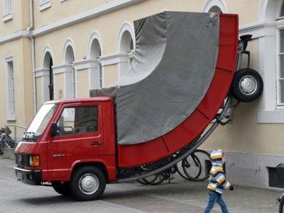 Multar una escultura por estar mal aparcada no es precisamente amor al arte...