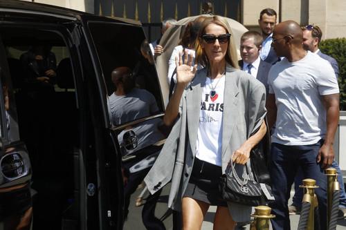 Titanic y Paris Hilton, los iconos que definieron los 90's se encuentran en el último look de Céline Dion
