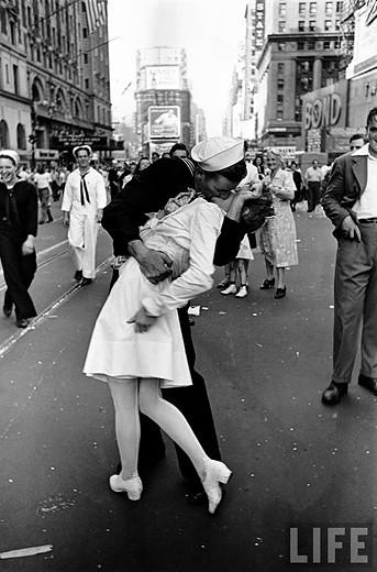 Alfred Eisenstaedt y la historia del beso más famoso de la Fotografía