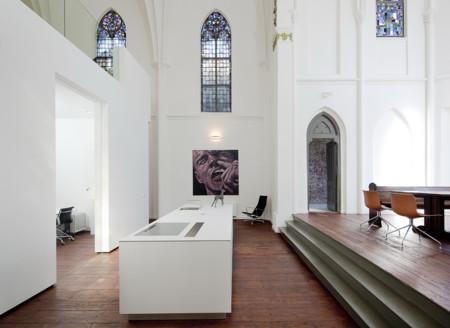 Una antigua iglesia transformada en una amplía y luminosa casa