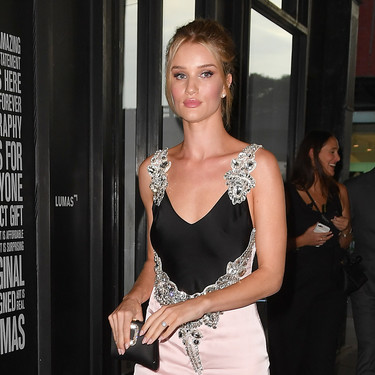 ¡Enamorados! Así nos hemos quedado al ver el precioso vestido rosa y negro que ha lucido Rosie Huntington-Whiteley