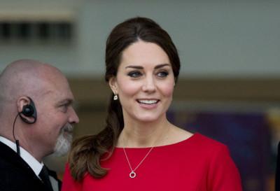El embarazo de Kate Middleton se vive en rojo pasión