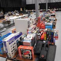 Un coleccionista subasta miles de productos de consolas y videojuegos que ha reunido durante 40 años