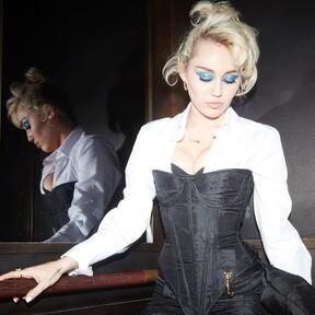 El maquillaje y peinado con el que Miley Cyrus parece la Pamela Anderson de los 90's