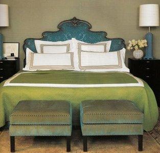 Grandes soluciones para espacios pequeños: dos pufs a los pies de la cama