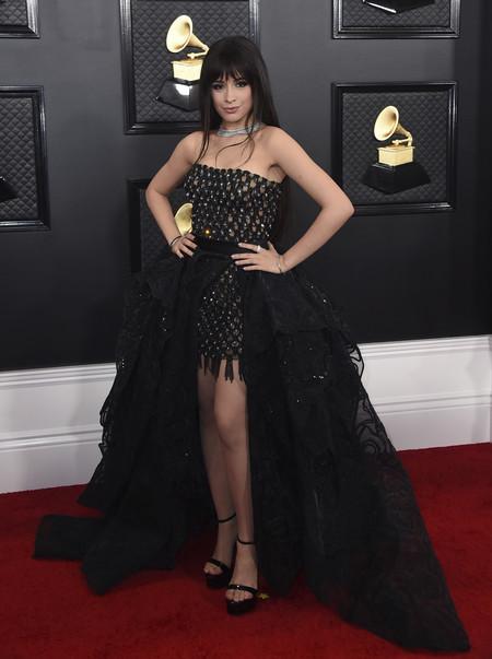 Camila Cabello se enfunda un vestidazo de Atelier Versace en los Premios Grammy 2020 pero no termina de convencernos