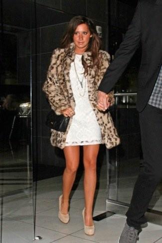 Los abrigos de piel animal print suman años: el look de Ashley Tisdale