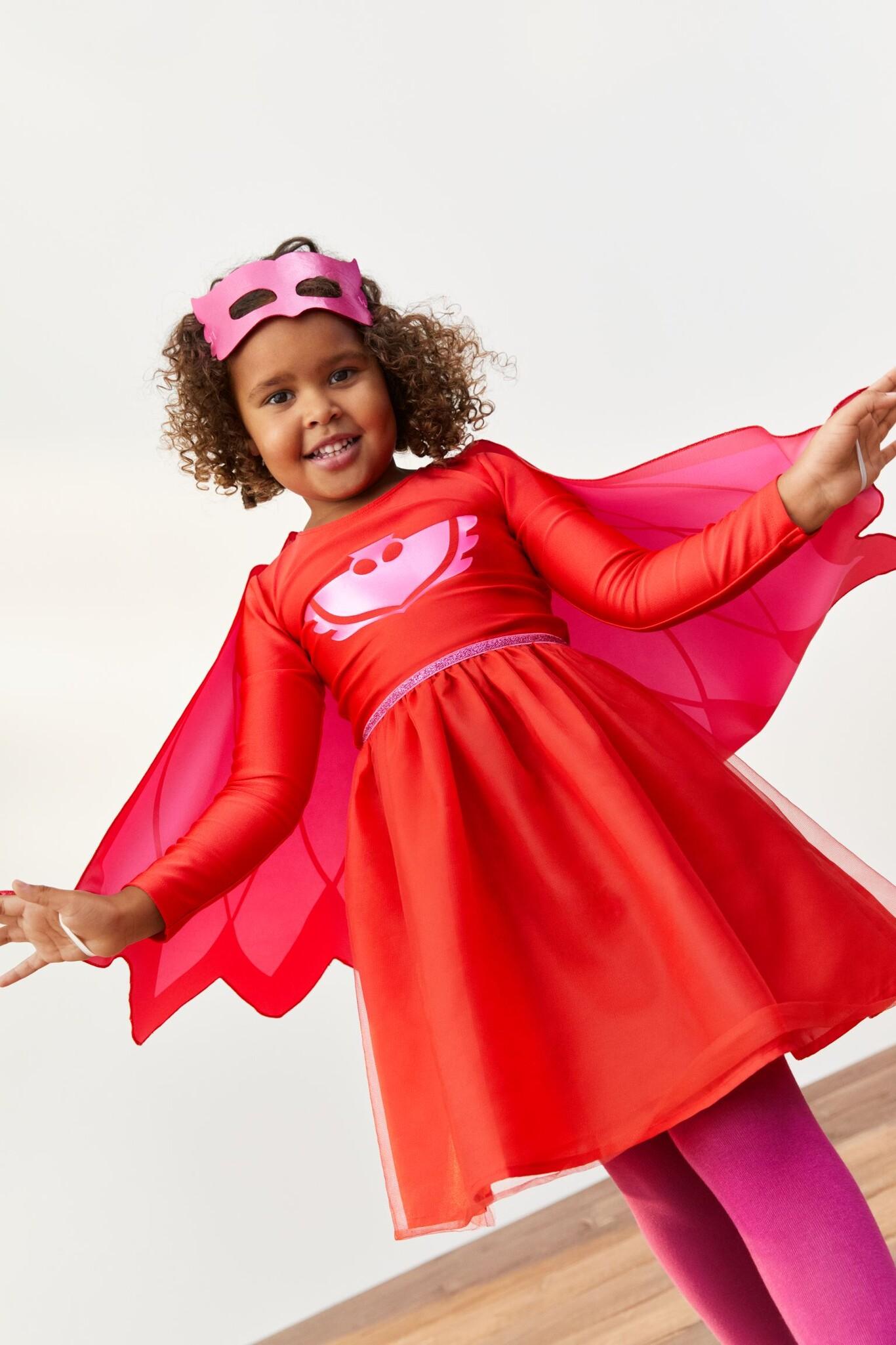 Vestido de disfraz en punto con motivo estampado en la parte superior. Modelo de manga larga con costura elástica de glitter en la cintura y falda de tul con forro de tafetán y ligero vuelo.