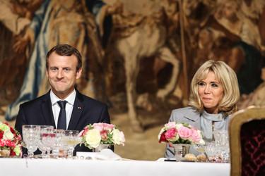 Brigitte Macron tiene el mismo (mini)vestido en todas las tonalidades y en cada una de sus apariciones cambia de color
