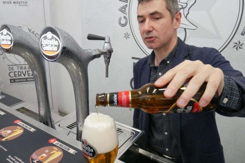 Esta es la mejor forma de servir la cerveza en casa, en botella o lata (y casi nadie la conoce)