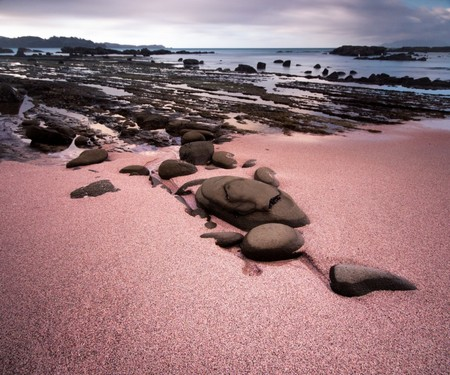 Siete playas que nos enamoran y que no tienen arena blanca (¡ideales para escapadas de invierno!)