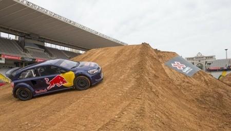 Carlos Sainz presenta su coche mientras los X-Games de Barcelona calientan motores