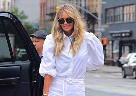 A sus 54 años, Elle Macpherson sigue presumiendo de estilo con el look más minimalista (y fácil de copiar)