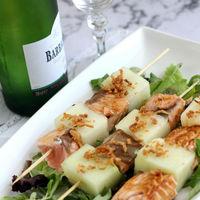 Receta fácil y rápida para refrescarse. Brochetas de melón con salmón