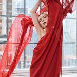 Nuestros sueños se hacen realidad con los espectaculares vestidos de la colección limitada de Halston y Netflix
