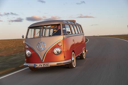 Volkswagen ya convierte las clásicas Transporter en furgonetas eléctricas y ha empezado por esta  T1 Samba de 1966