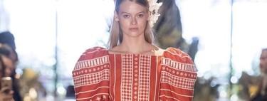Clonados y pillados: Uterqüe lanza una versión económica de este vestido (de fantasía) de Johanna Ortiz
