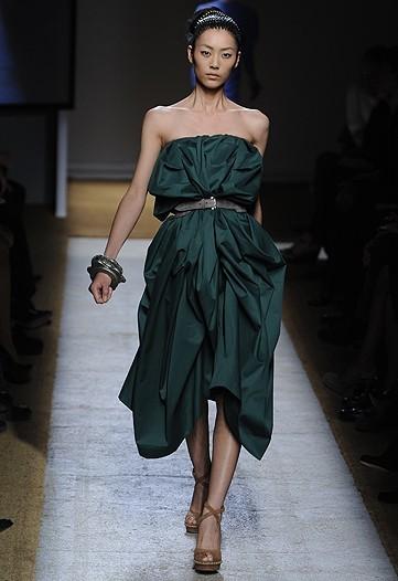 Foto de Yves Saint Laurent, Primavera-Verano 2010 en la Semana de la Moda de París (10/17)
