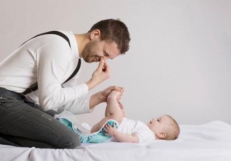"""Ese gran y socorrido tema de conversación entre padres, """"la caca"""" de tu hijo"""