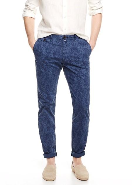 Unos pantalones estampados