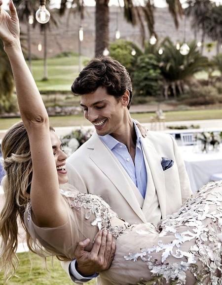65ea404f2b Miriam Pérez y Javier de Miguel ya son marido y mujer. Así han sido los  tres vestidos de novia de la bloguera