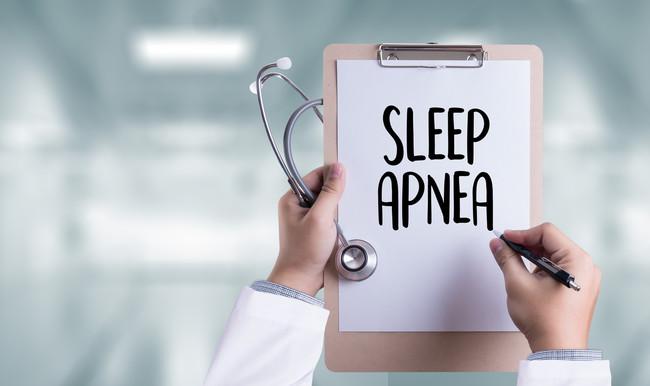 Si roncas por la noche, quizás sufres apnea del sueño: así es un análisis del sueño y así se trata esta patología