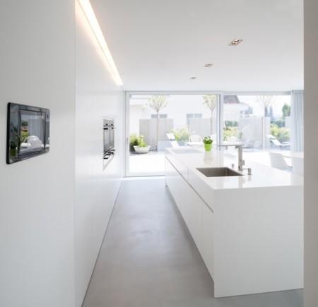 Puertas abiertas: minimalismo y funcionalidad en una vivienda unifamiliar en Suiza
