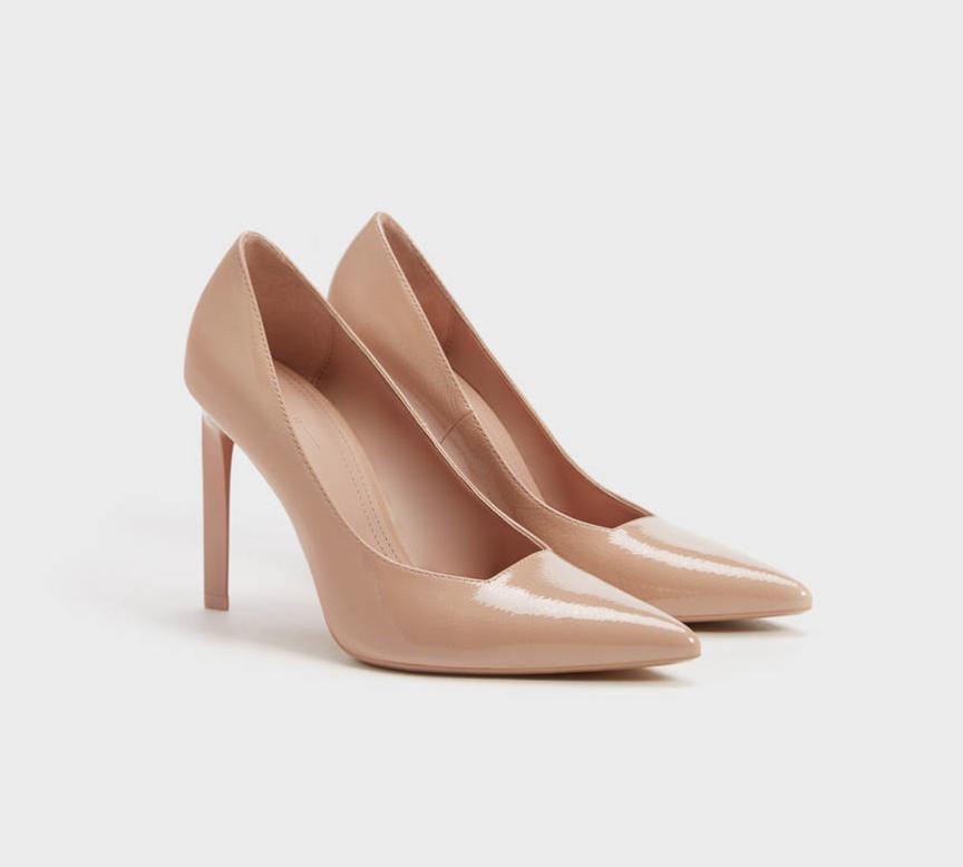Zapato tacón de charol en color rosa. Escote cuadrado. Acabado en punta.