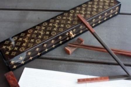 Monogram Chopsticks Set, palillos Louis Vuitton para tu menú asiático