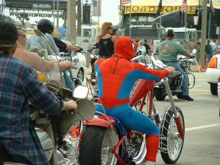 ¿Spiderman en moto, o secuelas del Carnaval?