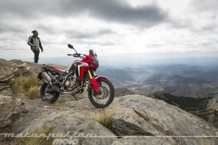 Ponemos la pierna encima a la nueva Africa Twin y descubrimos qué moto de cine es más rápida