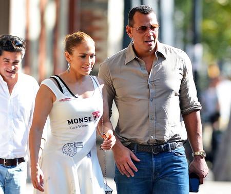 Jennifer López se atreve con este vestido asimétrico de Monse, una de las firmas que están arrasando en Estados Unidos