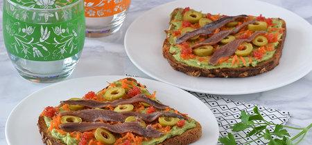 Tostas de crema de aguacate y queso con zanahoria marinada y anchoas. Receta saludable