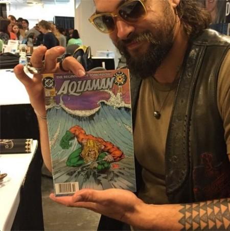 Jason Momoa sostiene un cómic de Aquaman