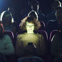"""¿Te molesta el uso de teléfonos móviles cuando ves una película? Apple prepara un """"modo cine"""""""