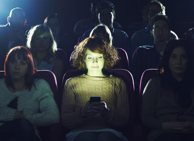 Usando un teléfono móvil en un cine