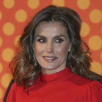 Doña Letizia luce  así de ideal con un vestido rojo de la reina Sofía en los Premios Nacionales de la Industria de la Moda