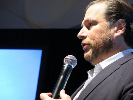 """El CEO de Salesforce afirma que si no convertimos la IA en un """"derecho humano"""" se agravará la desigualdad global"""