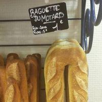 Si te preguntas cómo llevar una barra de pan en tu moto, en Francia han encontrado la solución