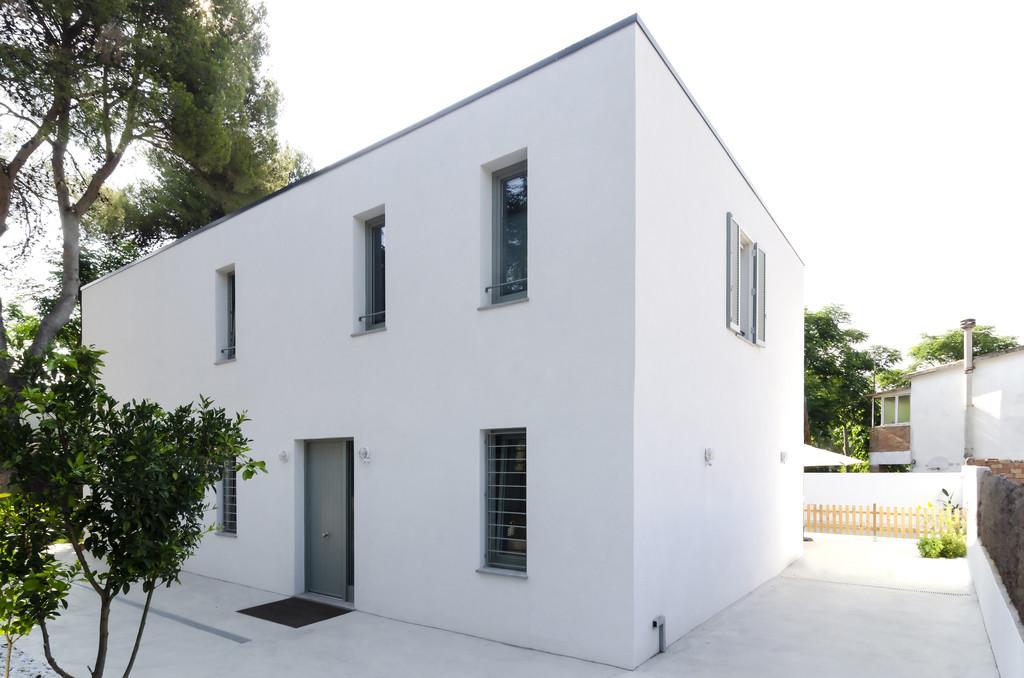 Puertas abiertas: una casa unifamiliar en Barcelona, ecológica y funcional en blanco puro