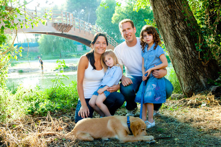 Niños y mascotas de vacaciones juntos