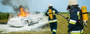 """Los bomberos avisan: """"Apagar el fuego de un coche eléctrico es totalmente distinto a uno de gasolina o diésel"""""""