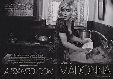 Madonna lavando los platos